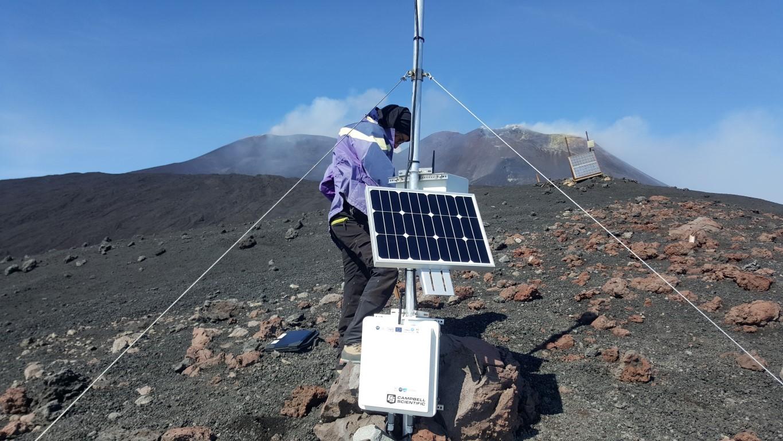 Figure 3 : instrumentation installée sur le cône volcanique de Monte Frumento, face aux cratères actifs de l'Etna